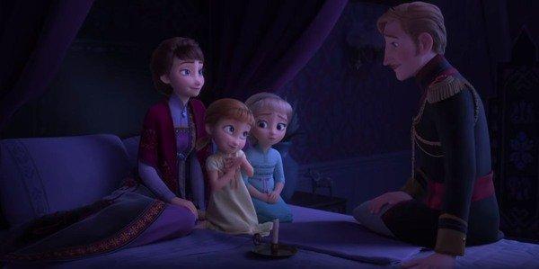Frozen 2: Ana y Elsa están atentas a lo que les cuenta su padre